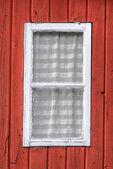 Vita fönster på ett rött hus — Stockfoto