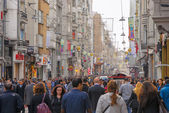 ISTANBUL - NOV, 21: The crowded Istiklal Avenue in the Beyoglu d — Stock Photo