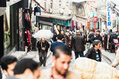 Street life in Istanbul with deliveryman of the the heavy cargo on their back, destination Grand Bazaar — Stock Photo