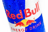 Logo rojo toro en una fría y húmeda de aluminio puede — Foto de Stock