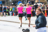 Blonde synchronised girls at ASICS Stockholm Marathon 2014 — Stock Photo