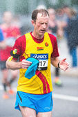 Runner take refreshing water shower in ASICS Stockholm Marathon  — Stock Photo
