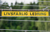 Metal high voltage danger sign in swedish — ストック写真