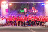 Waiting for the start of one of many groups in the Midnight Run — Stock Photo
