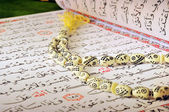 Holy Quran And Rosary — Stock Photo