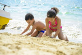 Barn som leker med sand — Stockfoto