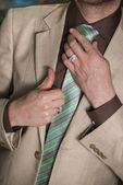 男は彼のネクタイを修正 — ストック写真