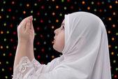Genç Müslüman kız dua — Stok fotoğraf