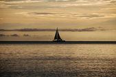 żeglarstwo na zachodzie słońca — Zdjęcie stockowe