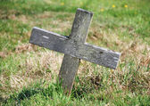 Wooden cross marking a grave — 图库照片