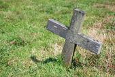 Küçük tahta haç ve mezarlık — Stok fotoğraf