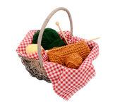 Filato giallo, verde e arancia con maglia in un cestino — Foto Stock