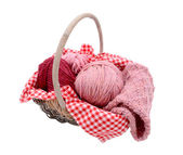 編みかごの中の糸のピンクのボール — ストック写真