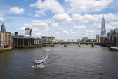 Boats sail the River Thames in London, England — Stock Photo