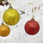 año nuevo y Navidad bolas sobre fondo de pino blanco — Foto de Stock