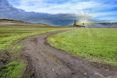 Estrada de paisagem de campo verde a casa de pedra — Foto Stock