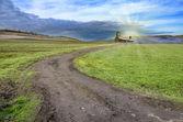 Carretera de campo verde paisaje con cabaña de piedra — Foto de Stock