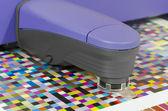 спектрофотометр измеряет цвет пятна на тест арка, пресс магазин отдел допечатной подготовки — Стоковое фото