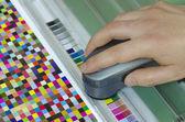 Spektrofotometr ověřit hodnotu barevné skvrny na testovací arch, press shop předtiskových oddělení — Stock fotografie