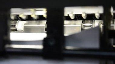 Gros plan d'une machine offset en imprimerie. département de stockage définitif des feuilles imprimées matières à la fin de la machine — Vidéo