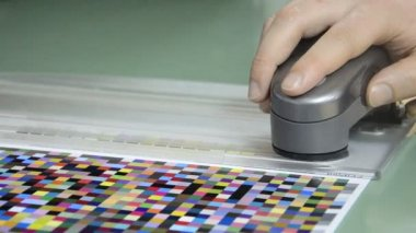 Press shop, spectrophotometer measurement of color patches in prepress on Test Arch — Stock Video