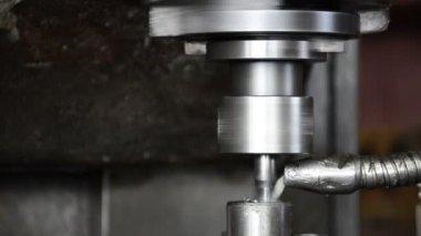 鋼の一部を加工産業の cnc マシン — ストックビデオ