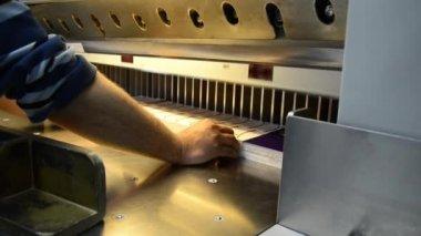 Maison de l'impression. couteau de découpage industriel — Vidéo