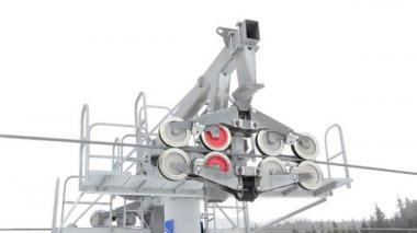 Skilift in bansko 2700m, bulgarien, fixieren, kälte und nebel wintertag, post-antrieb, den rädern hautnah — Stockvideo