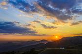 Atardecer en el paisaje de las montañas — Foto de Stock