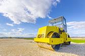 黄色压路机修复之路 — 图库照片