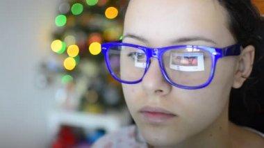 Jovem mulher usando um tablet eletrônico — Vídeo stock