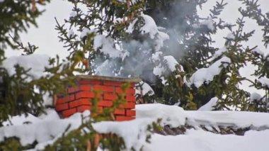In de winter van schoorsteen roken — Stockvideo
