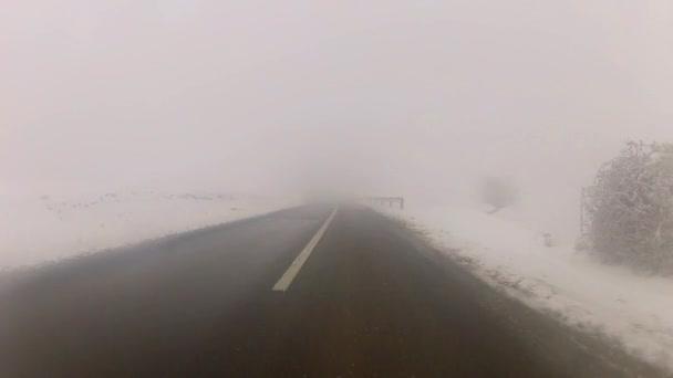 Auto ir en carretera de montaña de nieve — Vídeo de stock