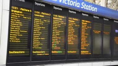 Timetable timelapse at London Victoria Terminal Train Station — Stock video