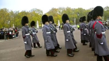 Changing the guards at Backingham palace in London — Stockvideo