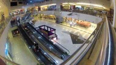 People in shopping center — Stok video