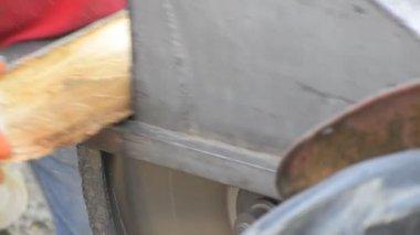Tesař, řezání dřeva — Stock video
