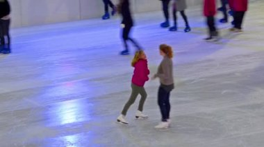 Ice skaters on the ice rink — Stock Video