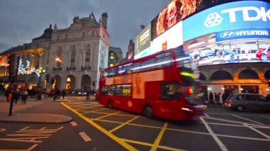 People at Piccadilly Circus in London — Stock Video