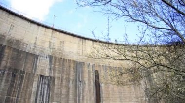 Water flowing on hydroelectric power station dam — Stock Video