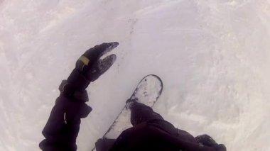 Snowboardåkare rida ner skidbacken — 图库视频影像