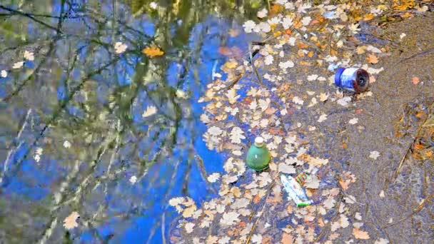 Basura en la orilla del río — Vídeo de stock
