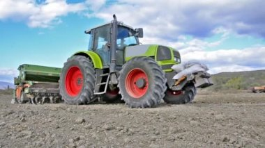 Agricultural tractor farming the land — Stock Video