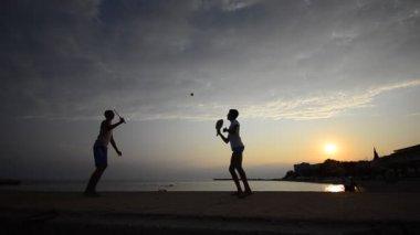 пляжный отдых теннис игры. — Стоковое видео