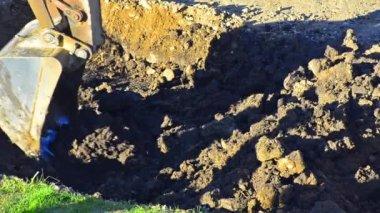 フロント エンド ・ ローダー古いコンクリートや汚れを掘り起こす — ストックビデオ