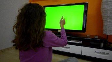 Chica con gestos de touchless touchscreen tv inteligente — Vídeo de stock