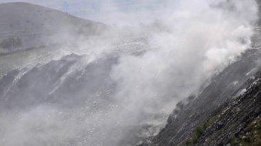 Trash landfill burning smoke — Stockvideo