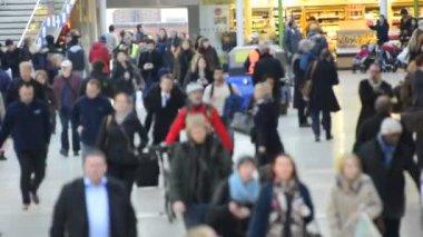 Commuters walking to work in London tube — Wideo stockowe