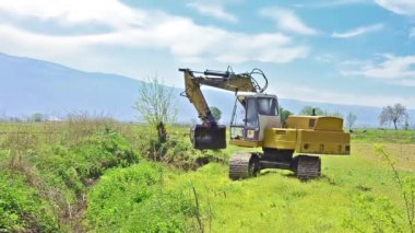 Excavator bulldozer standing in field — Stok video