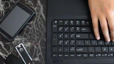 Femelles mains tapant sur un clavier d'ordinateur portable — Vidéo